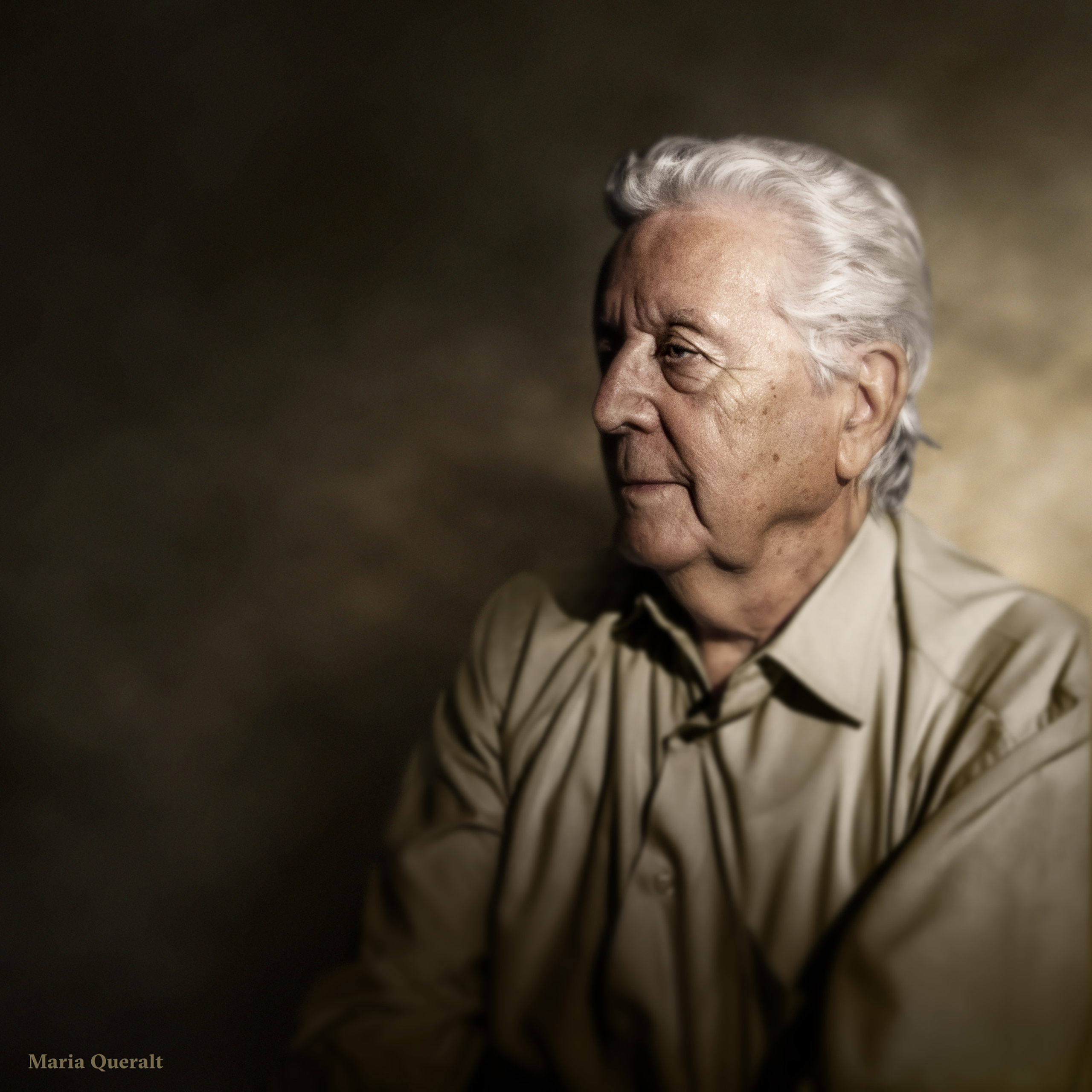 Portrait of Vicente Queralt looking left with a green and yellow background. Photography, retouch and art direction by Maria Queralt.
